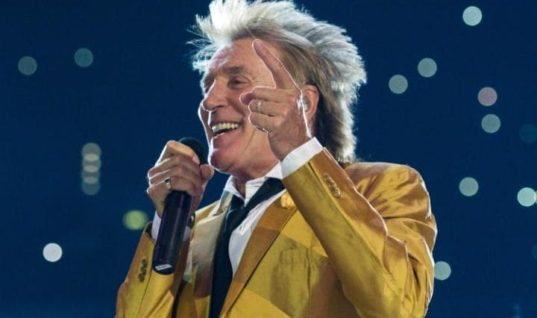 """Old Crone Rod Stewart Mocks Victims of ISIS by """"Reenacting Beheading"""" for Fun"""